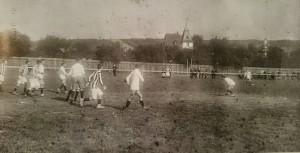 5.9.1909. Foto des allerersten Spiels auf dem Kickersplatz an der Randersackerer Straße. Kickers gewinnen gegen den 1. FC Nürnberg 1b mit 5:3.